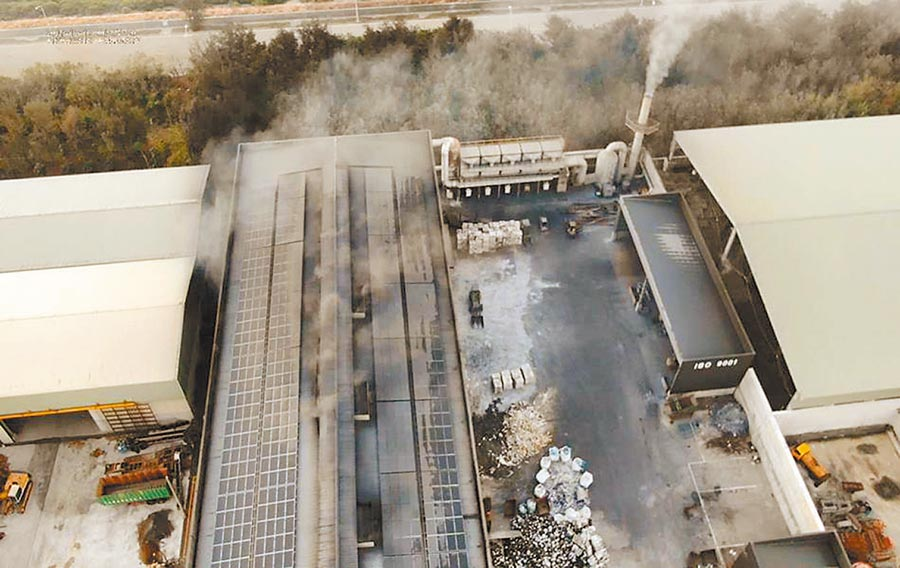 彰化縣環保局監測工業區廠房有明顯粒狀物逸散,採樣取締。(彰化縣環保局提供/吳敏菁彰化傳真)