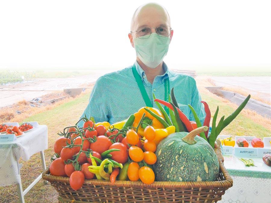 亞蔬世界蔬菜中心主任沃培睿展示此次新發表的番茄、辣椒、甜椒、南瓜等新蔬菜品種。(劉秀芬攝)