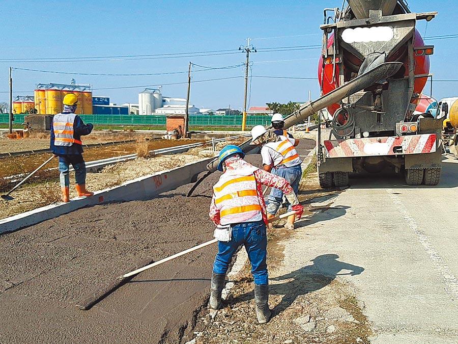 雲林縣府工務處及水利處自2018年起使用再生粒料於重大工程的道路、防汛道路底層回填材料,比例約50%。(雲林縣政府提供/周麗蘭雲林傳真)