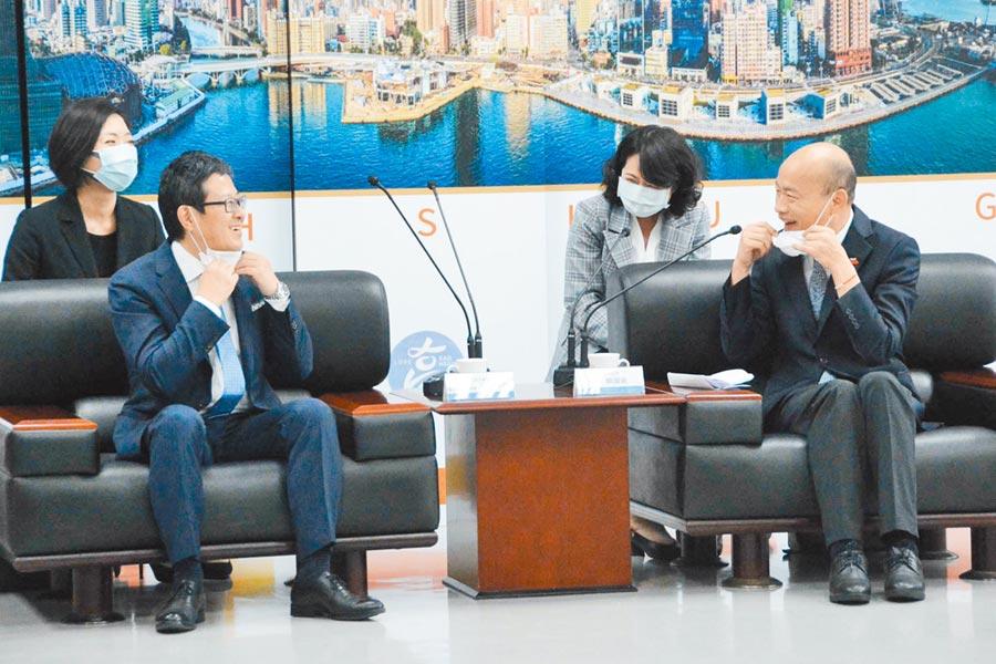 高市府積極招商引資,圖為4月高雄市長韓國瑜(右)接見台灣三井不動產董事長下町一朗(左)。(本報資料照片)