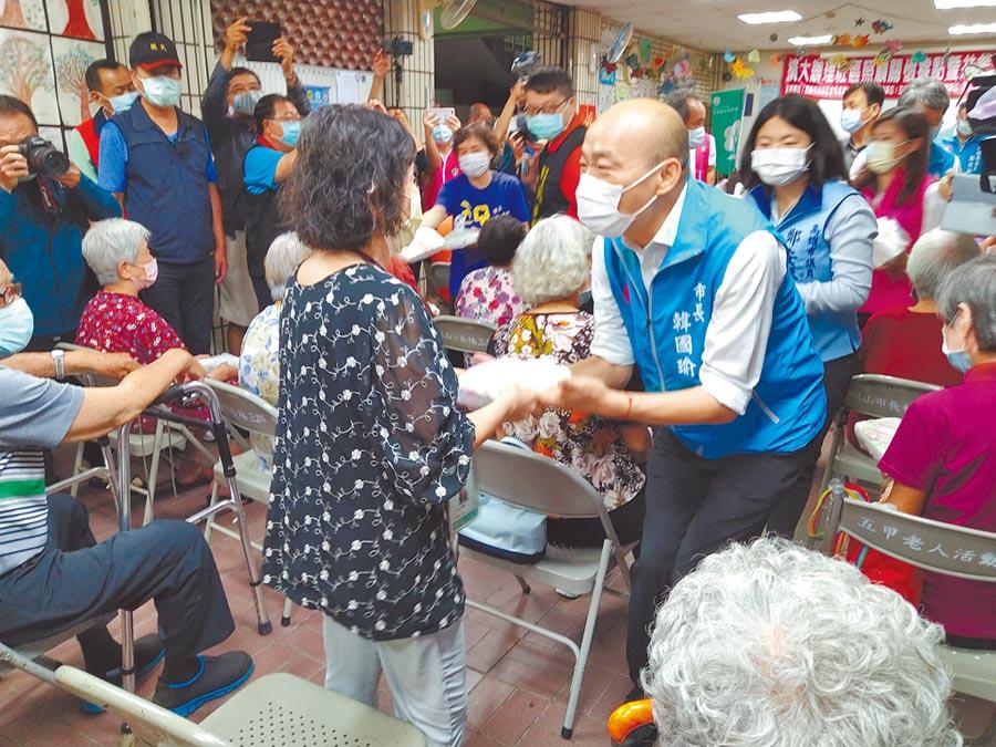 高雄市長韓國瑜21日中午到五甲老人活動中心關心長輩、親送便當。(林雅惠攝)