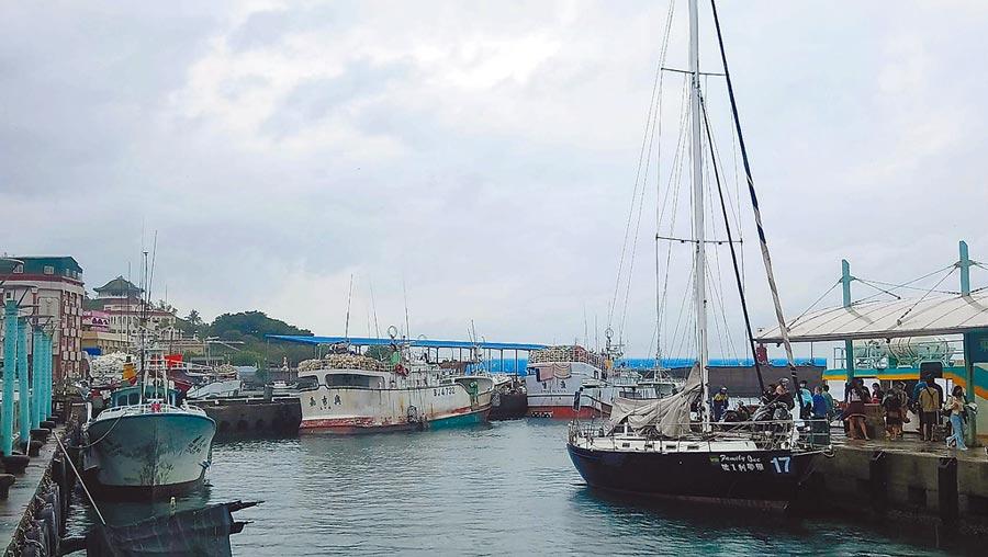 小琉球白沙港浮動碼頭工程爭議大,漁民質疑縣府要發展觀光應是擴建港區,強烈要求維持現狀。(謝佳潾攝)