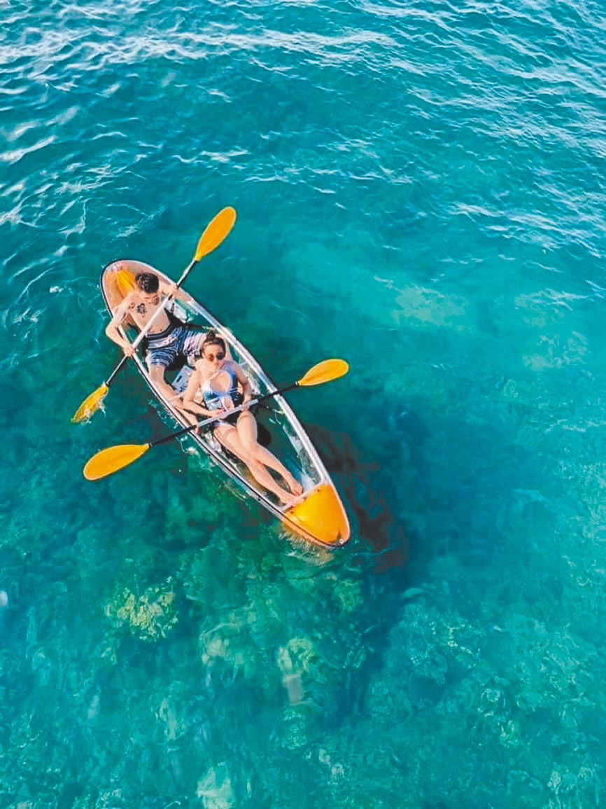 「澎湖好有趣」專案送房客免費玩時下正夯的透明獨木舟。(澎湖福朋喜來登酒店提供)