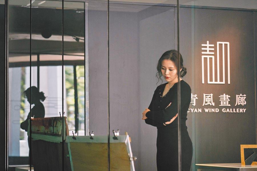 劉品言演出美麗的畫廊老闆,為捧紅畫家不惜使用見不得光的手段。(鏡象電影提供)