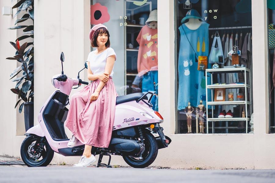 SYM Fiddle LT外型設計融入水漾元素,賦予女騎士「水漾女孩」的稱號,車色為「荷露粉」,售價7萬3800元起。(SYM提供)
