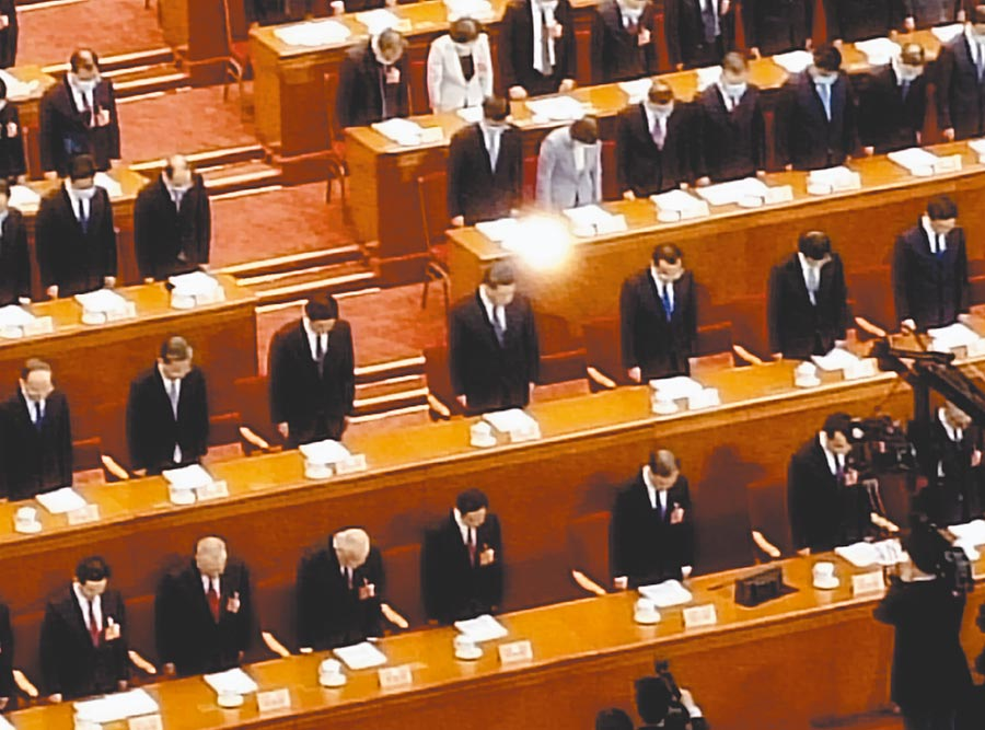 大陸全國政協會議21日開幕,全體起立為疫情罹難者默哀一分鐘。(記者陳君碩攝)