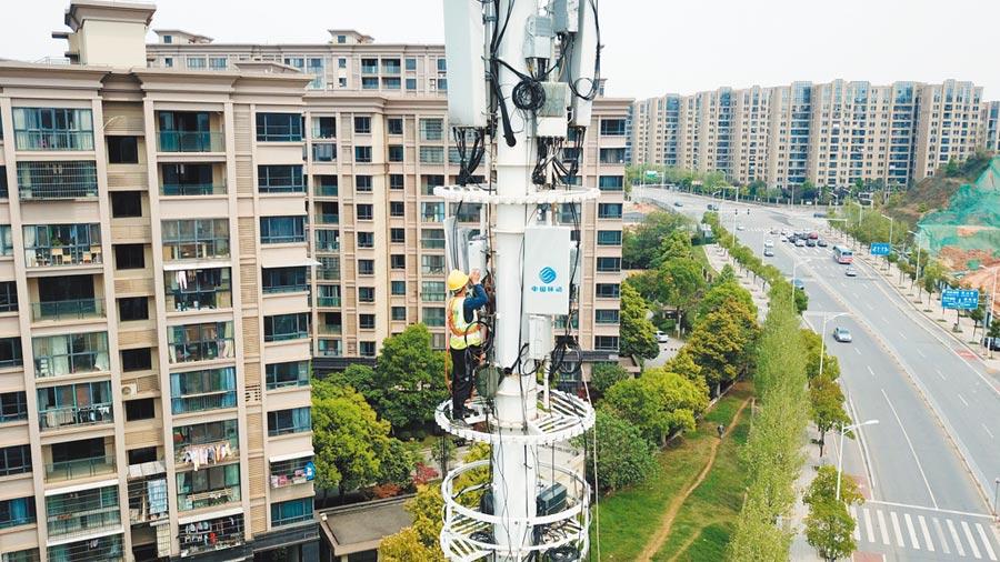 4月8日,工作人員在長沙市天心區進行5G基站施工。(新華社)