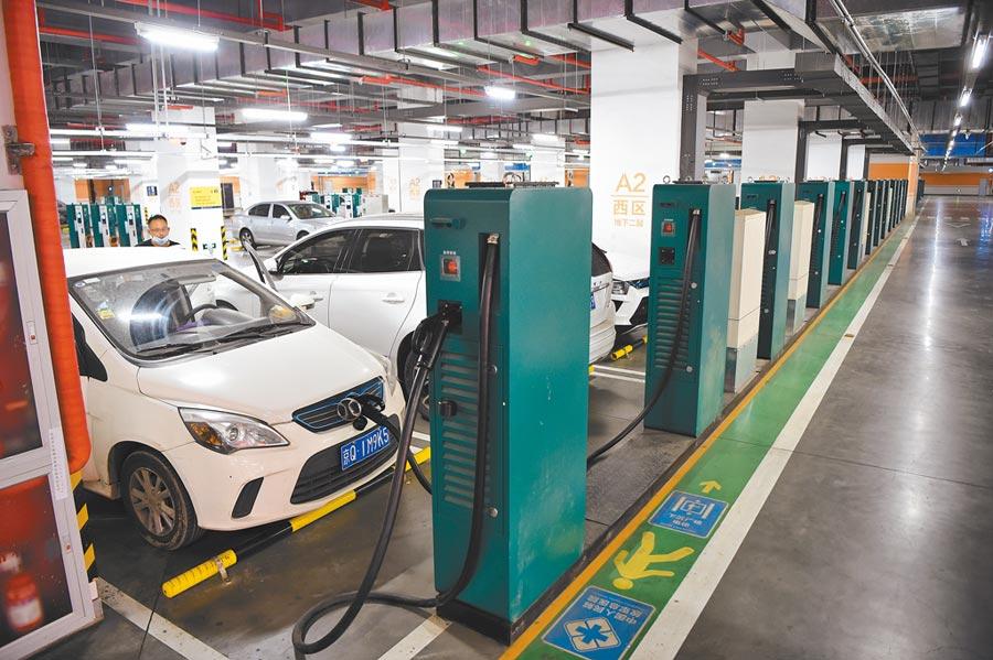 電動車充電站商機可觀,圖為北京市五棵松體育中心地下停車場設置有多個電動車充電裝置。(中新社)