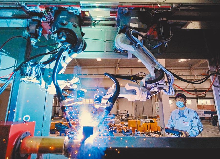 唐山高新技術產業開發區,工人在調試一款焊接機器人系統。(新華社資料照片)
