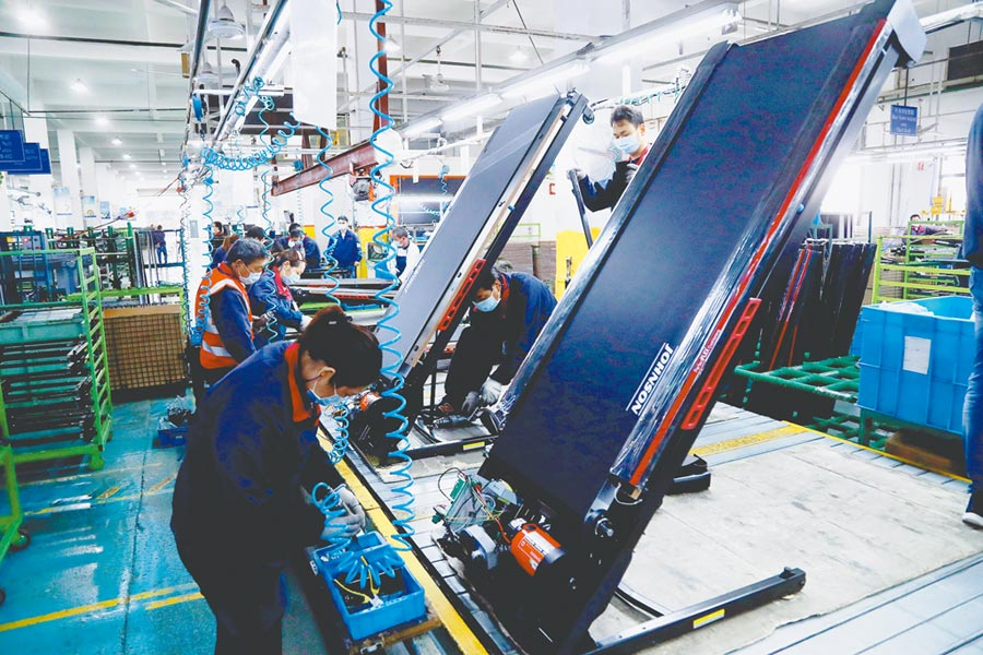 上海嘉定工業區的台資企業健身器材廠,工人們正在加緊生產。(中新社資料照片)