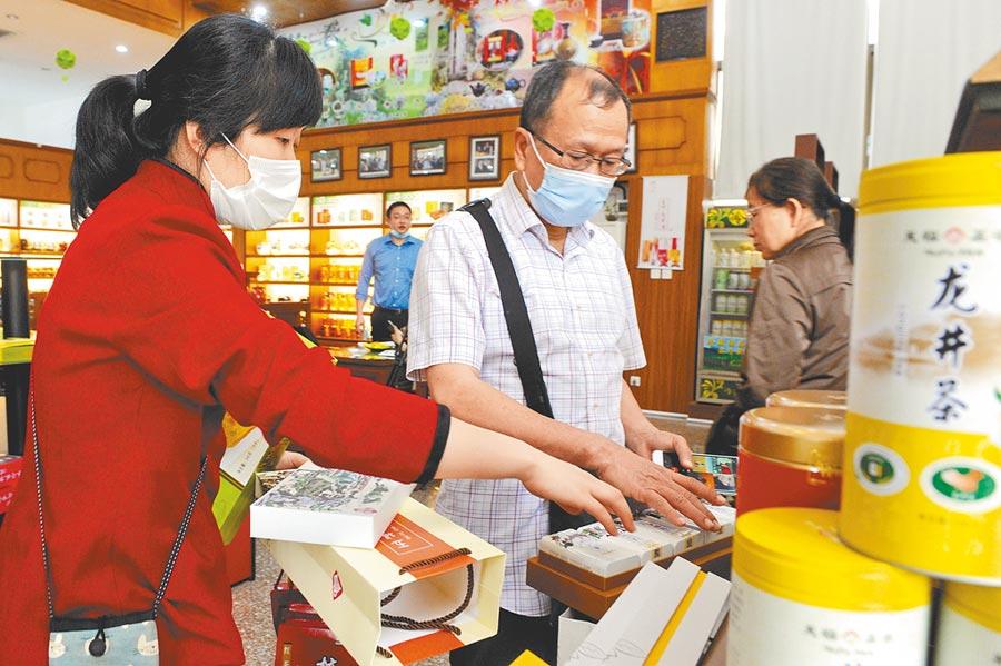 大陸知名台資茶企,遊客在茶博物院體驗茶文化。(中新社資料照片)