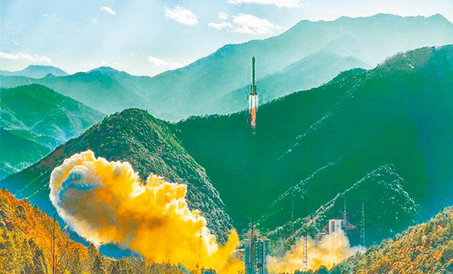 2019年12月,長征三號乙運載火箭以一箭雙星的方式,將第52、53顆北斗導航衛星送入太空。(取自新浪微博@雙流勝利)