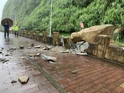 基隆外木山濱海大道落石坍崩砸毀人行道 民眾嚇壞