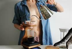 超兇咖啡師 趴臥櫃台煮咖啡半球滑出