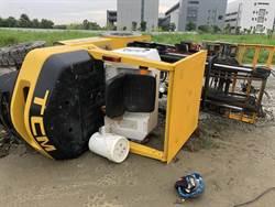 台南堆高機翻覆意外 駕駛救出意識昏迷