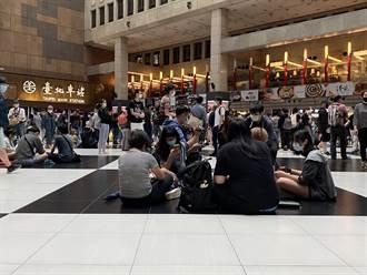 不滿北車大廳禁坐 400人到場「坐爆」