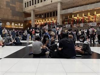 400人群聚坐爆北車 網怒了:要不要發碗公給你們