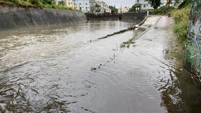 便道幾乎被大雨淹沒,顏莉敏要求加裝警示及自動柵欄。(顏莉敏服務處提供/陳淑娥台中傳真)
