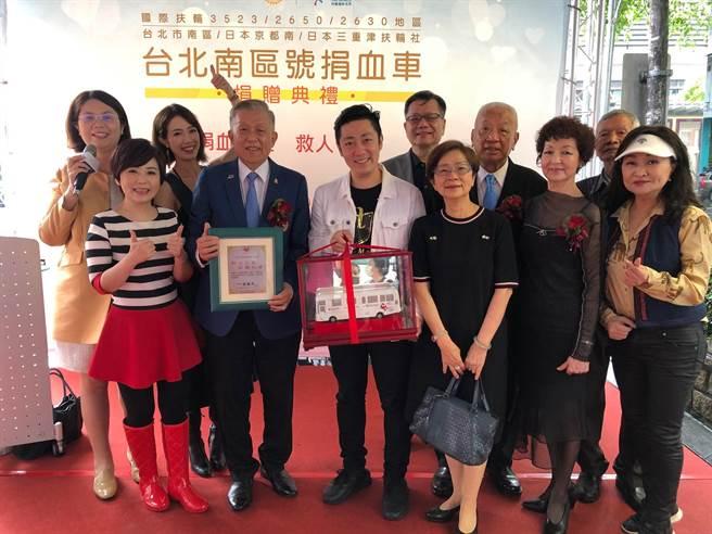 藝人黃瑄、艾成、楊平開心站台台北市南區扶輪社捐贈捐血車給台北市政府活動。(民視提供)
