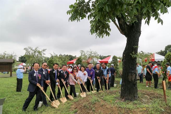 國際獅子會300-D1區年會暨環保委員會23日上午在嘉義市北香湖公園舉辦植樹公共藝術品落成捐贈活動。(呂妍庭攝)