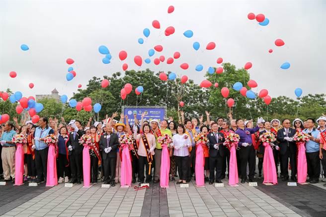 國際獅子會300-D1區年會暨環保委員會23日上午在嘉義市北香湖公園舉辦植樹公共。(嘉義市政府提供/呂妍庭嘉義傳真)藝術品落成捐贈活動。