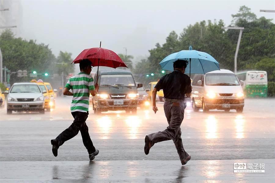 今(23日)降雨強度將稍減弱,不過各地仍有大雨、豪雨發生機率。(本報系資料照)