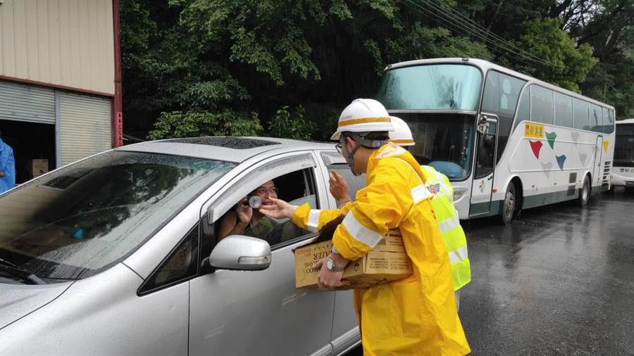 谷關工務段人員在現場發放飲用水。(谷關工務段提供/陳淑娥台中傳真)