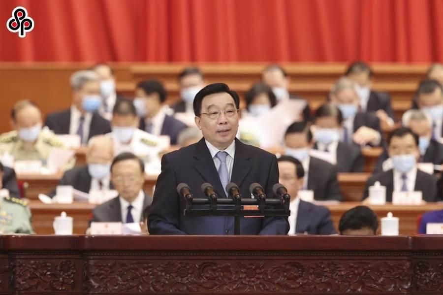 大陸央視快評指,香港絕不能成為國家安全的風險口。圖為22日大陸全國人大開幕,人大常委會副委員長王晨說明草案。(中新社)