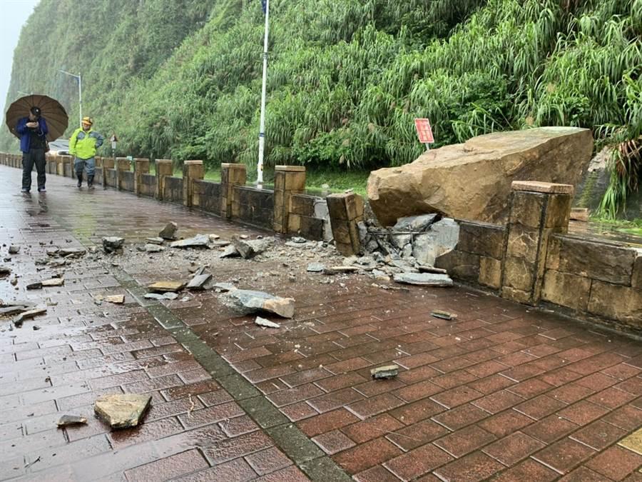 基隆外木山濱海大道落石坍崩砸毀人行道,現場無人員傷亡。(市議員張秉鈞提供/吳康瑋基隆傳真)