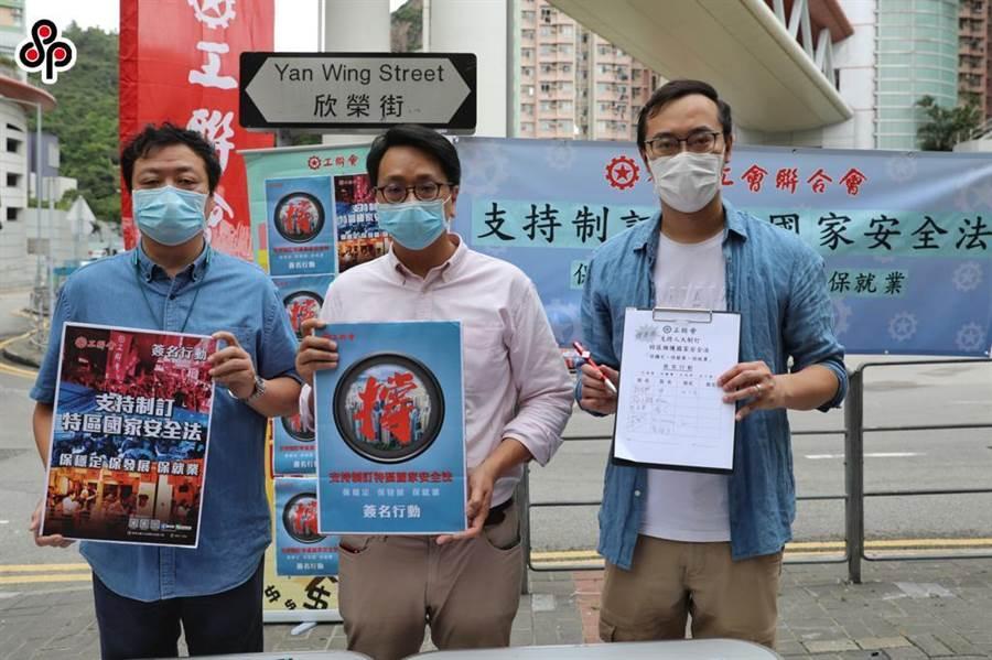 大陸人民網評指,切莫低估中共中央處理香港問題的能力和決心。圖為22日香港工聯會發起「支持制訂特區國家安全法」簽名行動。(中新社)