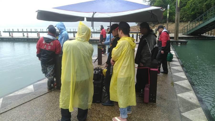 南投縣警消搜救人員今天上午8時繼續搜救在玄光寺碼頭發生落水意外的張姓女遊客。(翻攝照片/盧金足南投傳真)