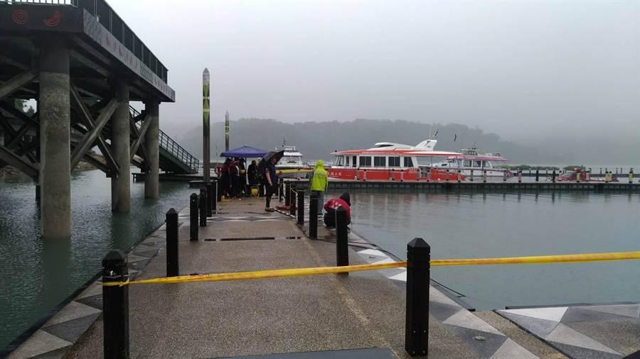 南投縣警消在碼頭圍起黃色警戒線。(翻攝照片/盧金足南投傳真)
