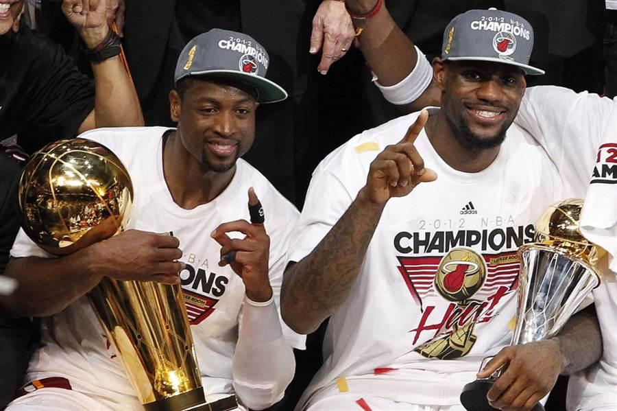 熱火韋德(左)、詹姆斯在2012年摘下NBA總冠軍。(美聯社資料照)