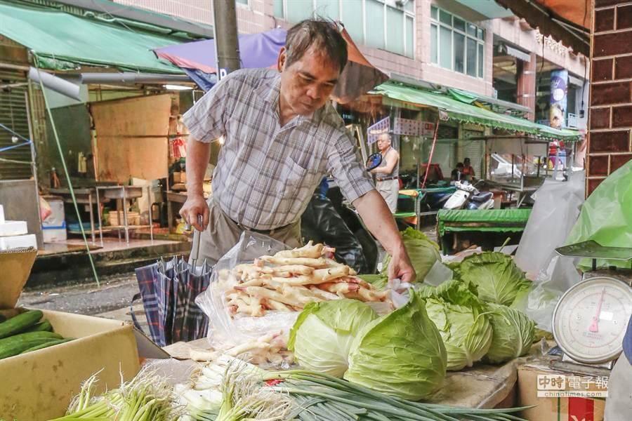 滯留鋒面及西南氣流降雨影響部分蔬菜生長,導致量減價漲。(本報資料照)