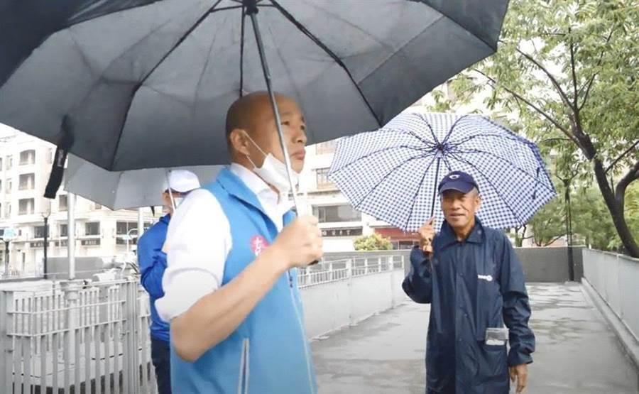 大雨滂沱,高雄韓國瑜22日視察積水、抽水站。(高巿府提供/曹明正高雄傳真)