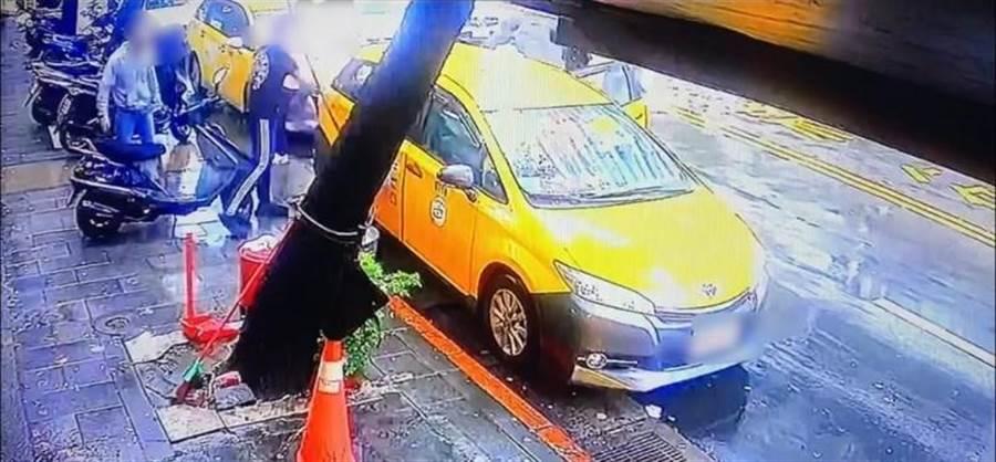 劉姓姐弟準備搭計程車離開時,遭5名不明男子拉下圍毆。(翻攝照片/林郁平台北傳真)