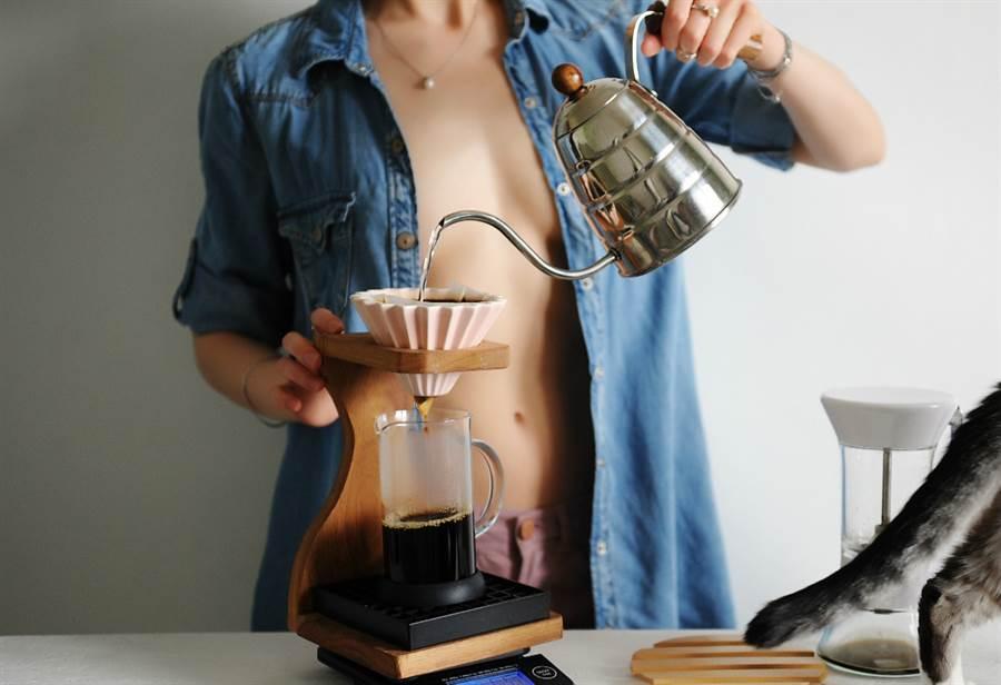 超兇咖啡師 趴臥櫃台煮咖啡半球滑出(示意圖/非當事人/達志影像)