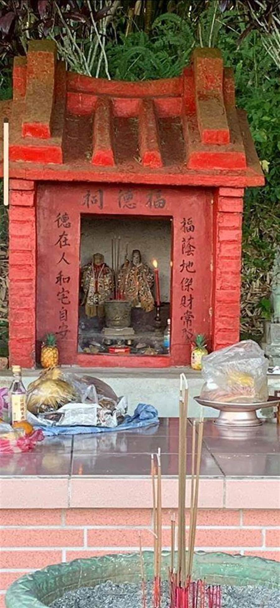 這是村民供奉原來的兩尊土地公婆。(陳姓村民提供/王志偉花蓮傳真)