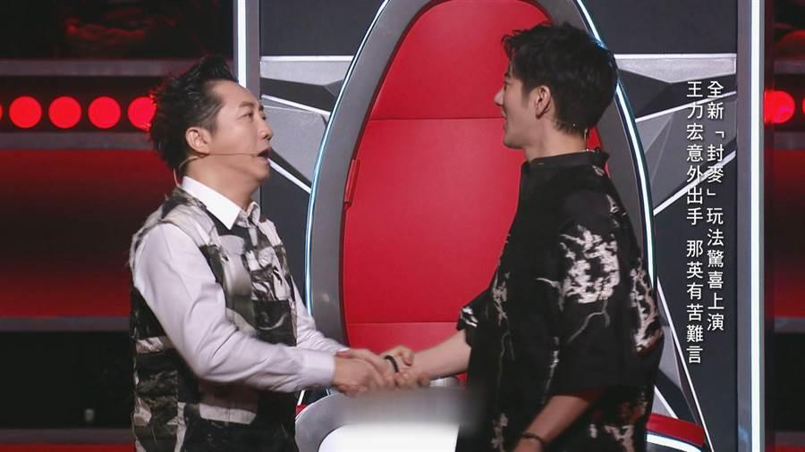 《中國好聲音》讚嘆王力宏封麥那英,導師哈林(左)、王力宏(右)。(中天綜合台提供)