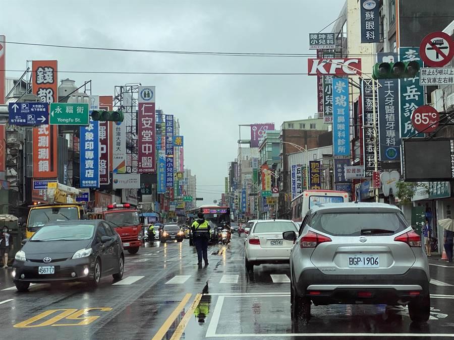 八德區介壽路一段與永福街口的台電變電箱冒煙,紅綠燈停擺,八德警方到場疏導交通。(蔡依珍攝)