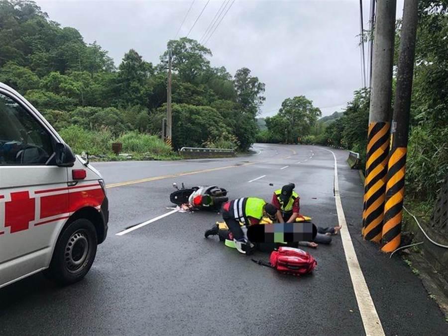 男子騎機車自撞電桿身亡。(民眾提供/巫靜婷苗栗傳真)