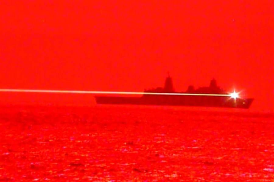 美國海軍使用高能艦載雷射武器擊毀一架無人機。(圖/環球網)