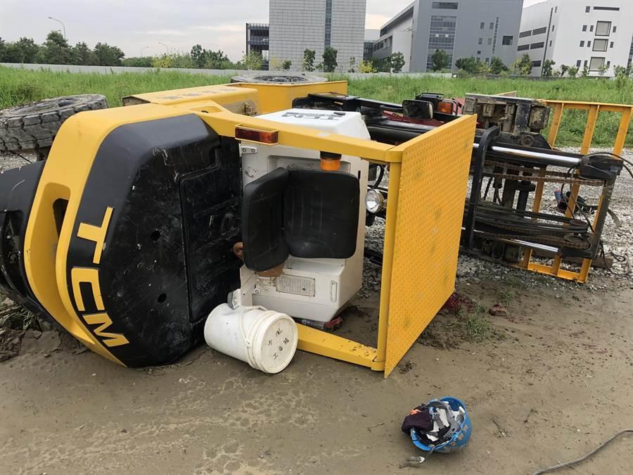 台南新市區看西路與樹谷大道口新建工地發生堆高機翻覆意外,駕駛救出後意識昏迷。(台南市消防局提供/劉秀芬台南傳真)