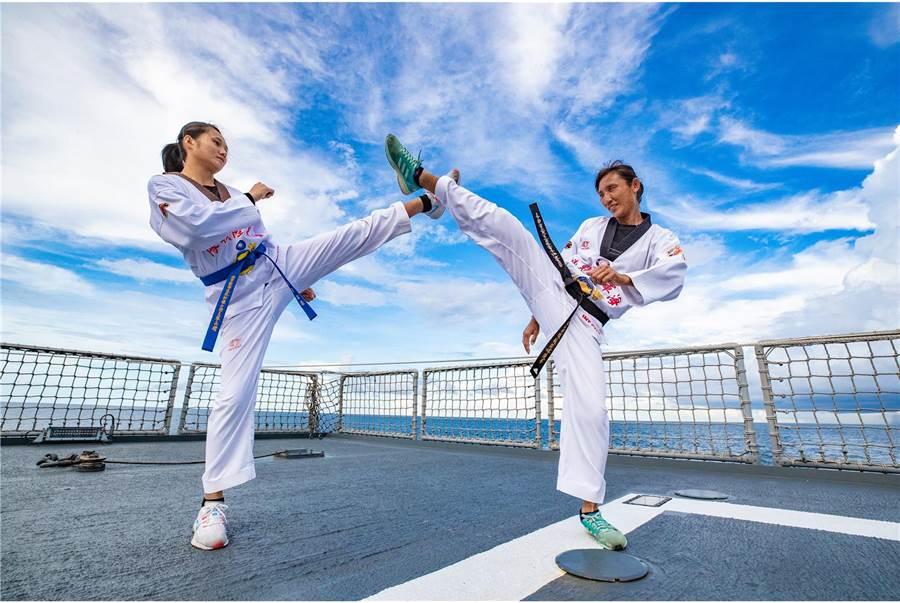 陸戰莒拳隊的新生代女隊員潘冠宇,與資深女隊員蘇筱婷同樣身懷跆拳道武技,由於後生可畏使得蘇筱婷進而想傾相授,2名女性隊員也被冠上絕代嬌娃之美名。(青年日報提供)