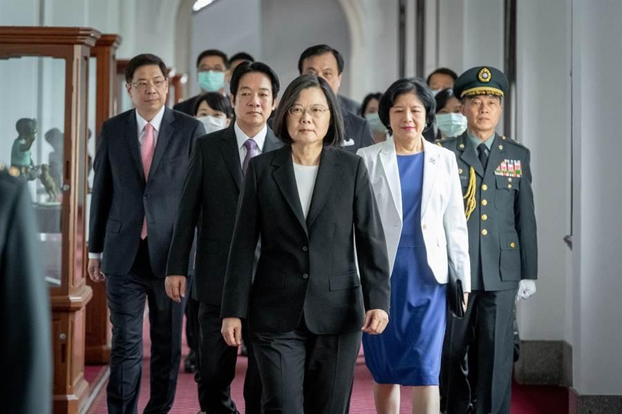 圖為中華民國第15任總統、副總統20日宣誓就職,蔡英文總統(前排中)、副總統賴清德(第二排左)與夫人吳玫如(第二排右)一同前往大禮堂。(圖/總統府提供)