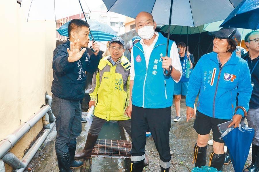 高雄市長韓國瑜(中)22日視察三民區豪雨災情。(高市新聞局提供)