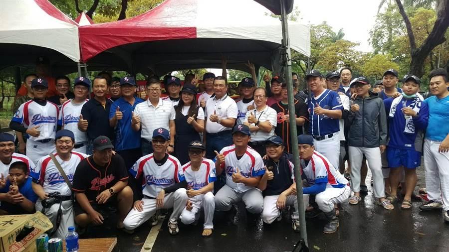 「109年屏東縣記者盃慢速壘球邀請賽」23日在屏東市台糖球場開打。(潘建志攝)