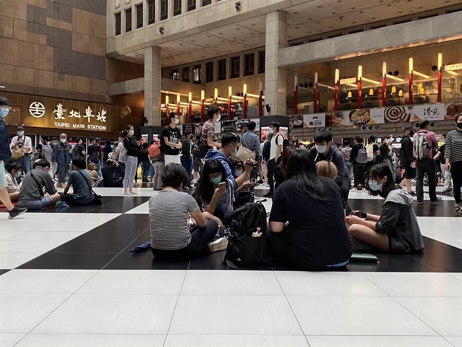 包括人權團體在內的400人今天中午在北車大廳席地而坐,抗議台鐵,網友卻不以為然 (圖/陳祐誠攝)