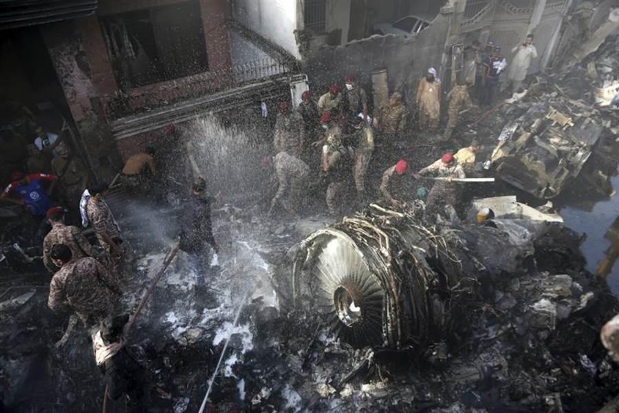 巴基斯坦國際航空公司(PIA)班機,22日在喀拉蚩機場附近民宅墜毀。(圖/美聯社)