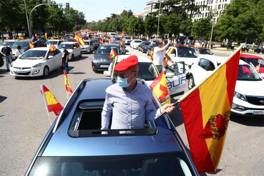 數以千計的西班牙民眾開車示威抗議,一路猛按喇叭,要求政府還西班牙自由。(路透)